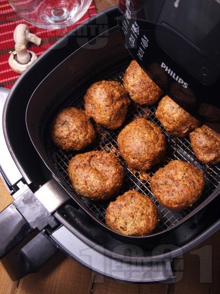 Диетични пържени кюфтета без мазнина от бяло пилешко месо, гъби и пармезан в AirFryer - снимка на рецептата